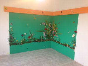 Kinderzimmer mit Wanddekoration und indirekter Beleuchtung