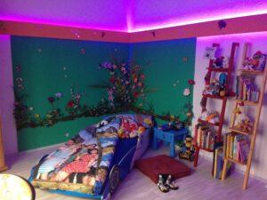 Kinderzimmer beleuchtet und eingeräumt