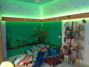 Kinderzimmer gruen beleuchtet