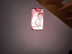 Foto vom handgemachten Lampenschirm in rot-weiss
